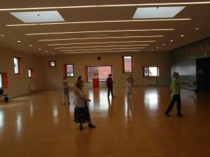 AWO Fuldatal; Senioren-Single-Tanz; vorn im Rock die Leiterin, Frau Robert